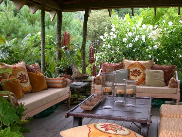 veranda design ideen holz tisch samt kissen