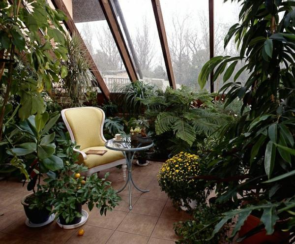Balkon oder Terrasse Wintergarten aus Glas sitzecke holz möbel dach