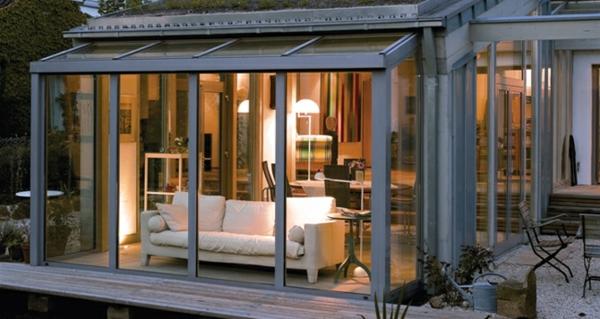 Balkon oder Terrasse Wintergarten aus Glas sitzecke holz möbel design