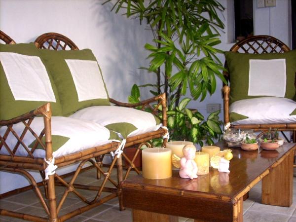 wintergarten balkon sitzecke holz möbel grün auflage