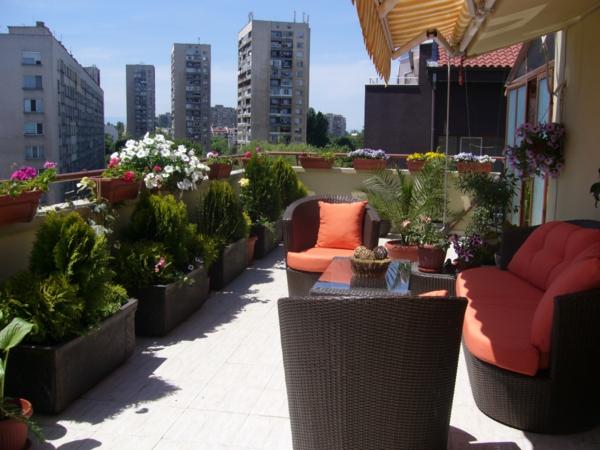 Balkon oder Terrasse Wintergarten aus Glas sitzecke holz möbel grün bunt