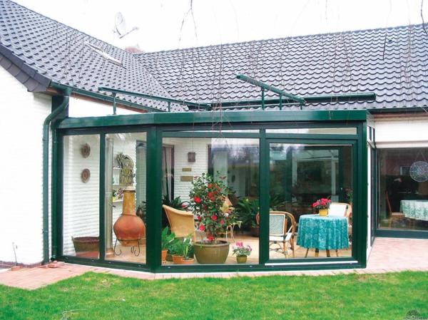 Balkon oder Terrasse Wintergarten aus Glas sitzecke holz möbel grün originell