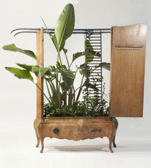 Recycelte Möbel als Pflanzen Behälter verwendet kommode