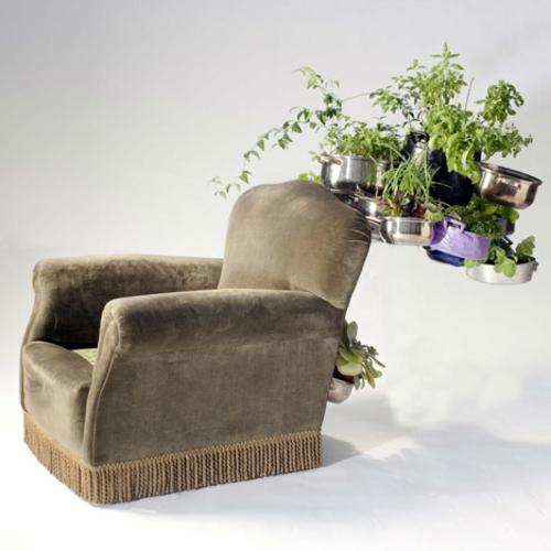 Recycelte Möbel als Pflanzen Behälter verwendet samt sessel