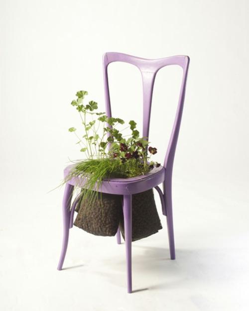Recycelte Möbel als Pflanzen Behälter verwendet stuhl lila
