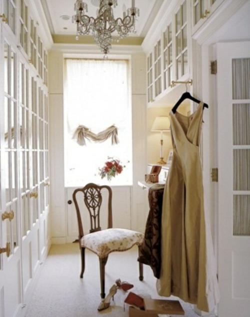 ankleideraum gestalten weiblich stuhl elegant weiß