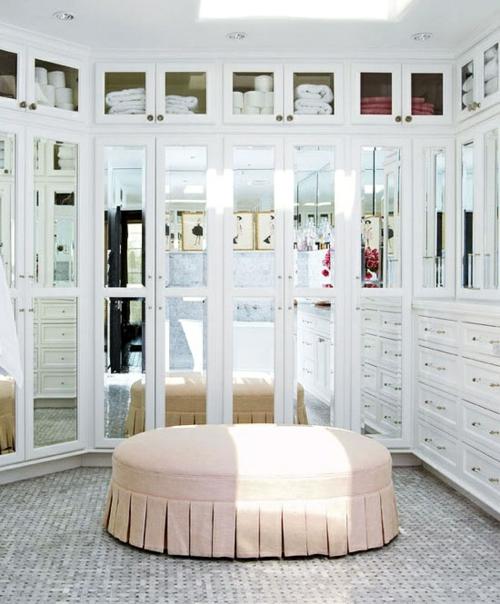 ankleideraum gestalten weiblich weiß elegant sofa spiegel
