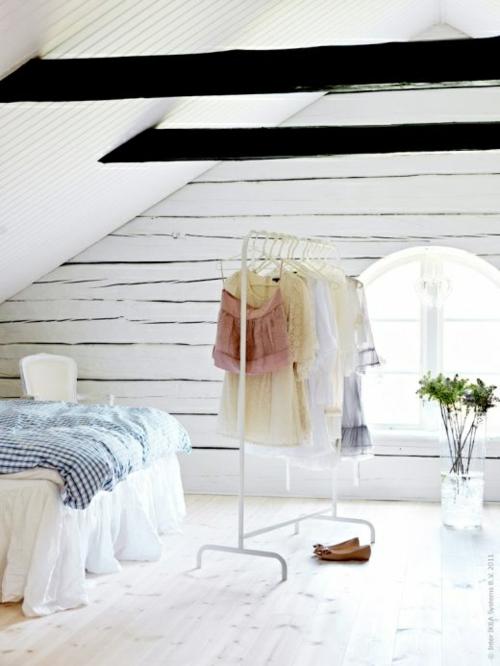 ankleideraum ordnen dachzimmer kleiderständer bett