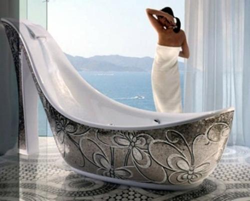badezimmer design möbel weiblich badewanne silbern absatzschuh