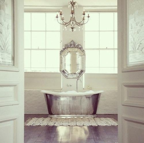 badezimmer design möbel weiblich badewanne silbern spiegel
