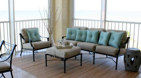 balkon design tipps möbel garnitur blau kissen tisch