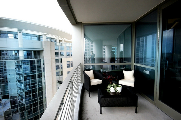 balkon design tipps möbel garnitur rosa schwarz rattan stadt