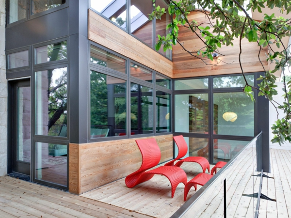 balkon design tipps möbel garnitur rot rattan auffallend