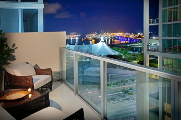 balkon design tipps nacht städtisch romantisch rattan sessel