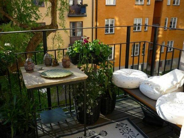 balkon ideen holzdeck blumen tisch sitzkissen