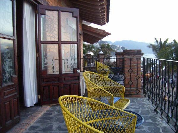 balkon ideen holzdeck stühle gelb steinboden