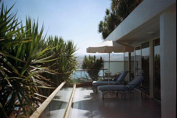 balkon ideen liegen sonnenschirm pflanzen