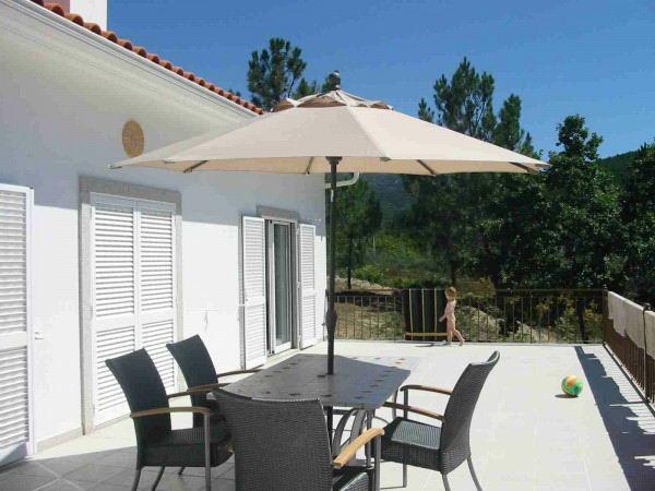 balkon ideen tisch stühle geflochten korbware sonnenschirm