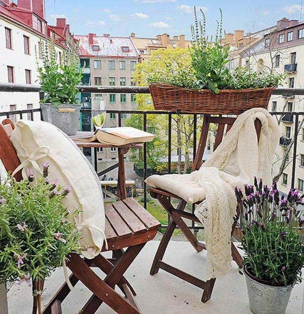 kleinen balkon gestalten ideen holz klappstuhl