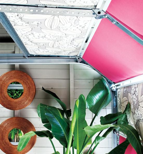buntes garage design spiegel rattan rahmen tropisch pflanze