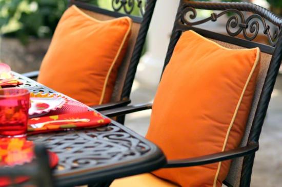 buntes garten design orange auflagen stuhl tisch