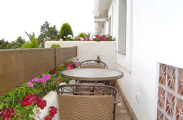 coole balkon deko ideen blumen bambus tisch glas