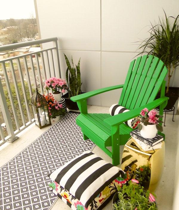 coole balkon deko ideen blumen bunt grün stuhl