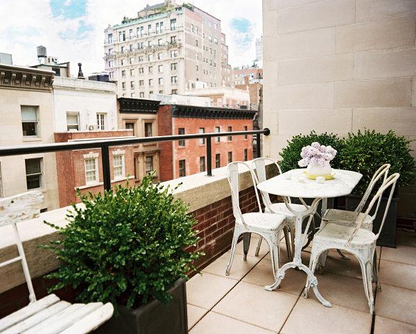 coole balkon deko ideen blumen elegant raffiniert dekorativ strauch