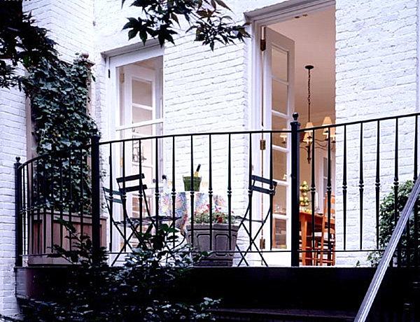 coole balkon deko ideen blumen pflanzen weiß ziegelmauer