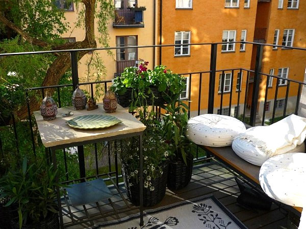 coole balkon deko ideen blumen weiße kissen