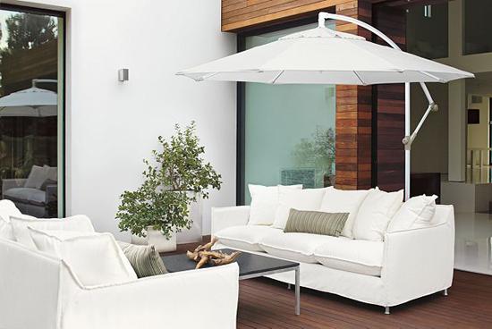 coole garten dekoration im sommer weiß möbel garnitur sonnenschirm