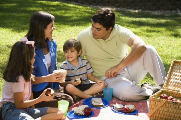 wunderschöne picknick ideen familie zusammen brot