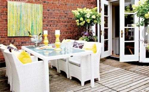 coolen wohnraum im garten gestalten ziegelwand weiß möbel