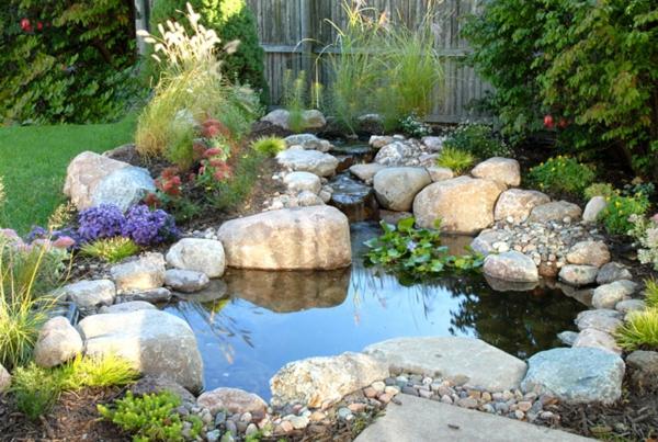 Hölzerne Ausstattung im Garten – minimalistischer Stil im Gebirge