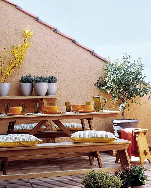 balkon einrichten holz geschirr kissen gelb
