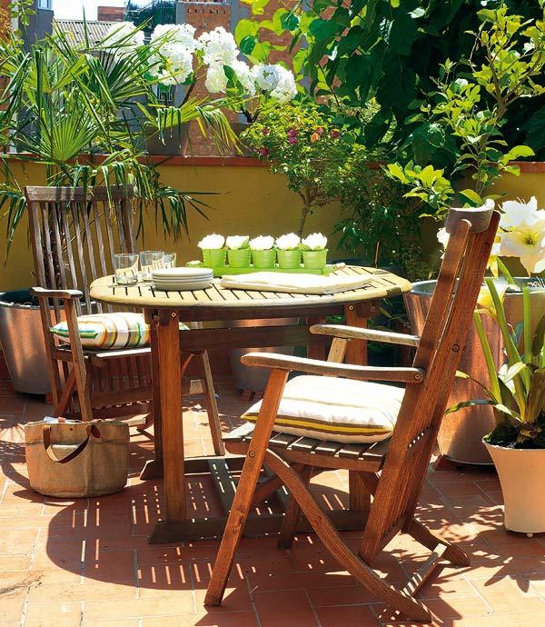 balkon einrichten holzmöbel kissen pflanzen
