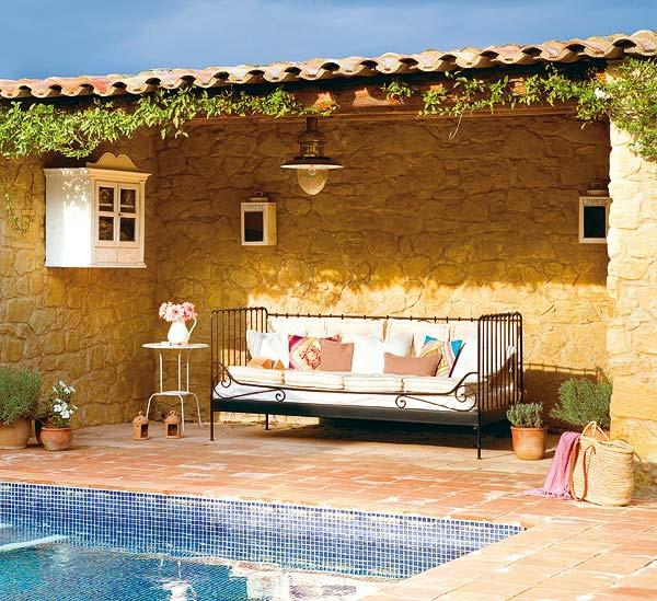 den balkon einrichten pool sofa pflanzen
