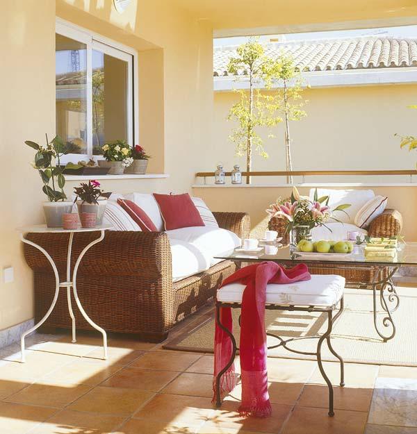 den balkon einrichten sofa geflochten tisch glas