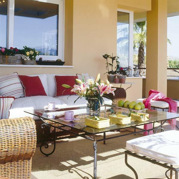balkon einrichten sofa korbmöbel kissen tisch