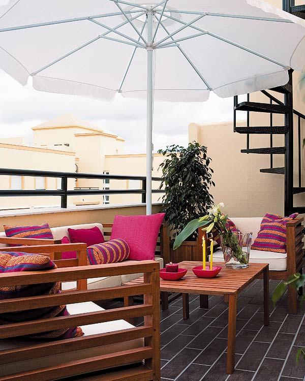 balkon einrichten sonnenschirm holzmöbel