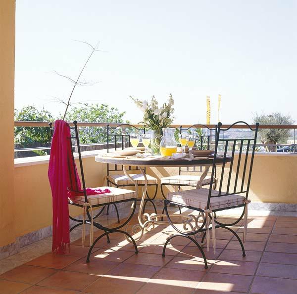 den balkon einrichten stühle auglagen rund tisch