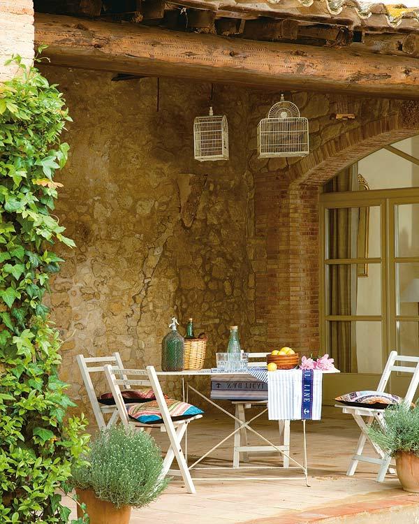 den balkon einrichten steinwand klappstühle