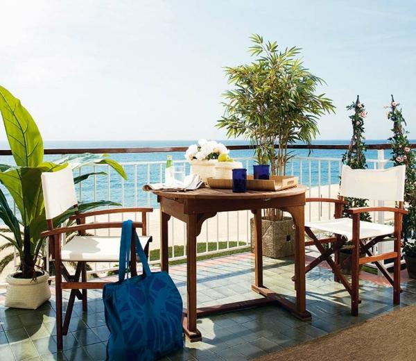 den balkon einrichten weiß blau holz pflanzen