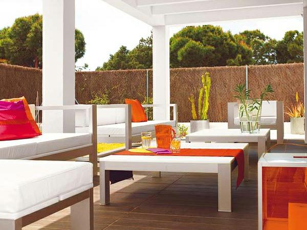 den balkon einrichten weiß orange deko