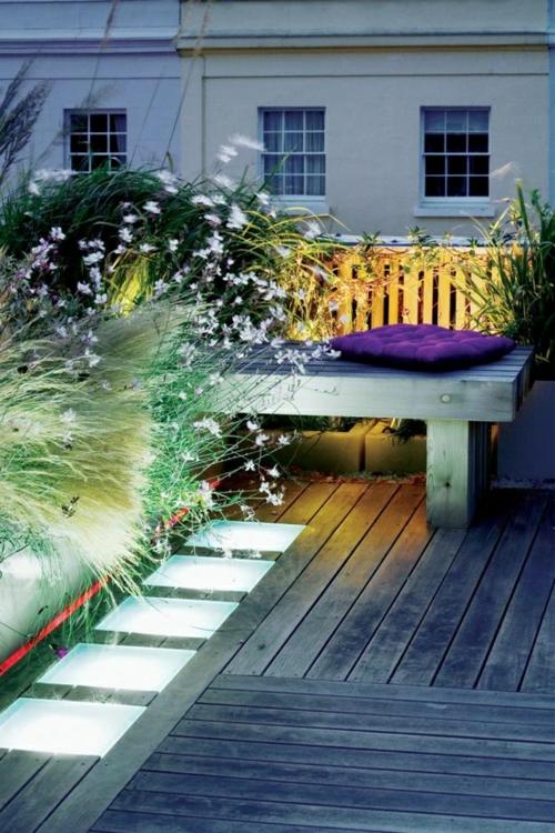 dachterrasse einrichtung cool holzbank holzdeck licht pflanzen