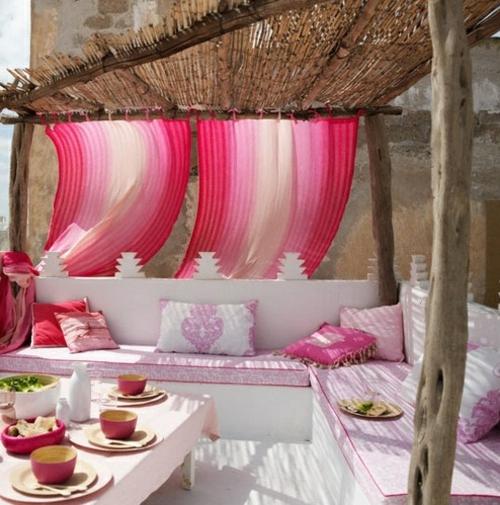 designer dachterrasse einrichtung cool weiß rosa sonnensicht kissen