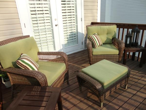einen ruhigen balkon gestalten grün auflagen