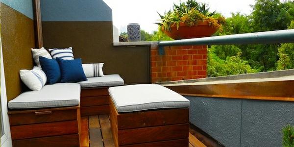 einen ruhigen balkon gestalten holz massiv möbel dach