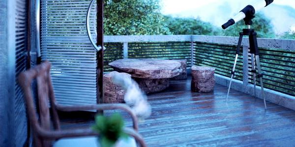 einen-ruhigen-balkon-gestalten-stein-massiv-möbel-geländer