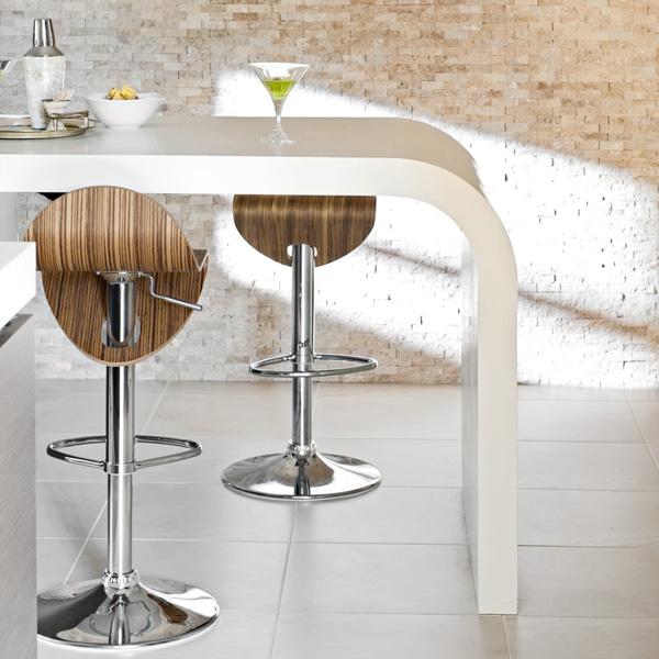 glänzende oberfläche arbeitsplatte essecke weiß farben barhocker aus holz